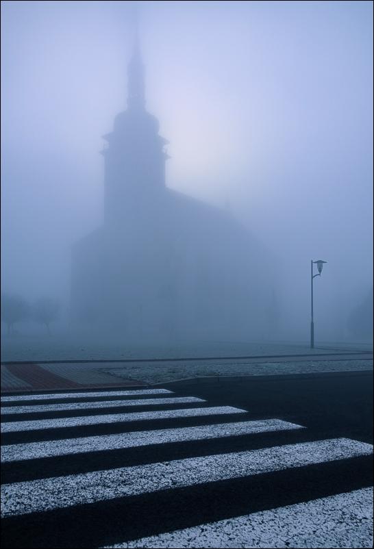z mlhy přijel kostel