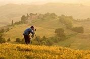 Fotograf ve zlatých vlnkách toskánských