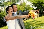 Rozesmátí svatebčané